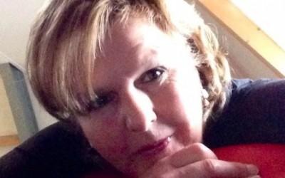 Ervaringsdeskundige Anneke koopt lot voor LINDA.foundation-loterij