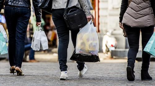 Winkelier schenkt opbrengst plastic tassen aan LINDA.foundation