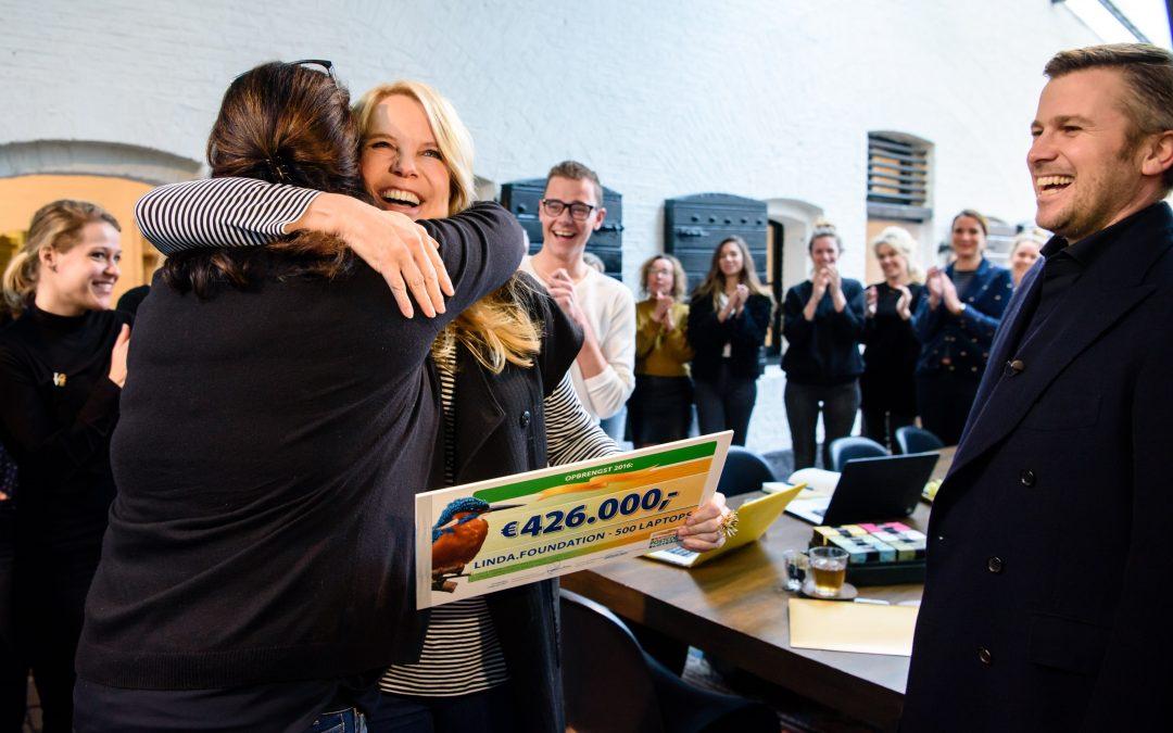 Winston Gerschtanowitz verrast Linda de Mol met gouden envelop