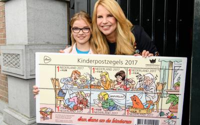 Ding dong: Linda de Mol koopt eerste kinderpostzegels 2017