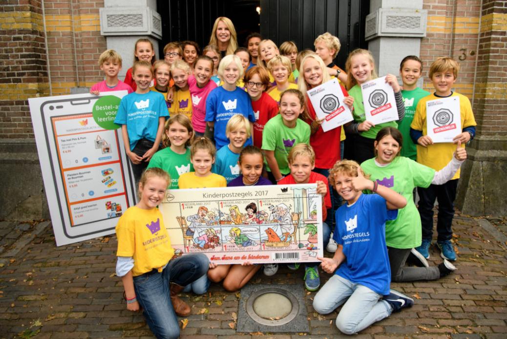 Ding Dong Linda De Mol Koopt Eerste Kinderpostzegels 2017
