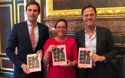Premier Rutte en Minister Hoekstra ontvangen boekje 'Ik ben Arm'